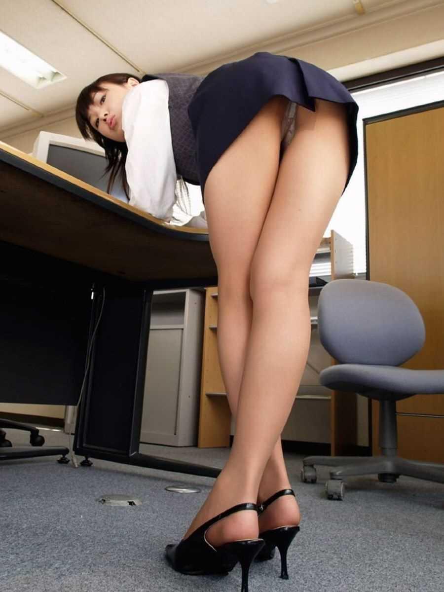 事務員など女子社員の会社内パンチラ画像 19