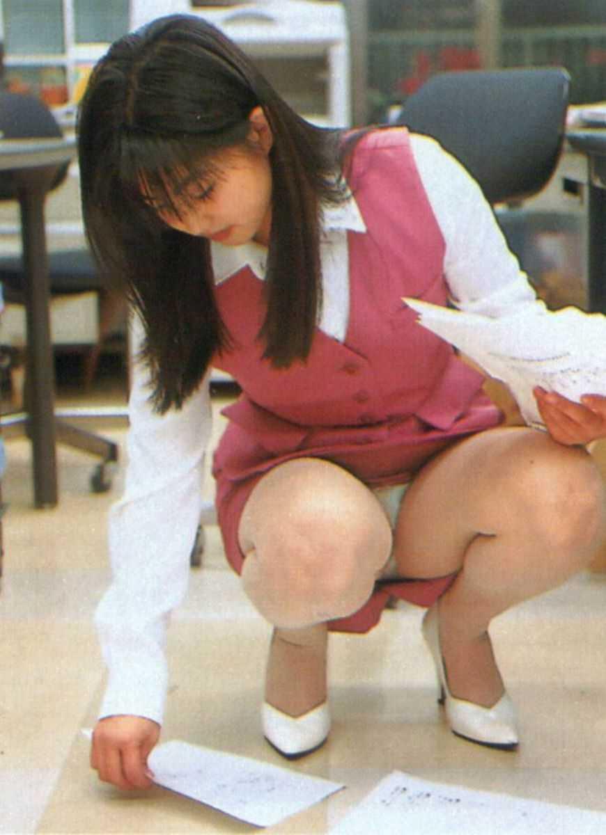 事務員など女子社員の会社内パンチラ画像 32