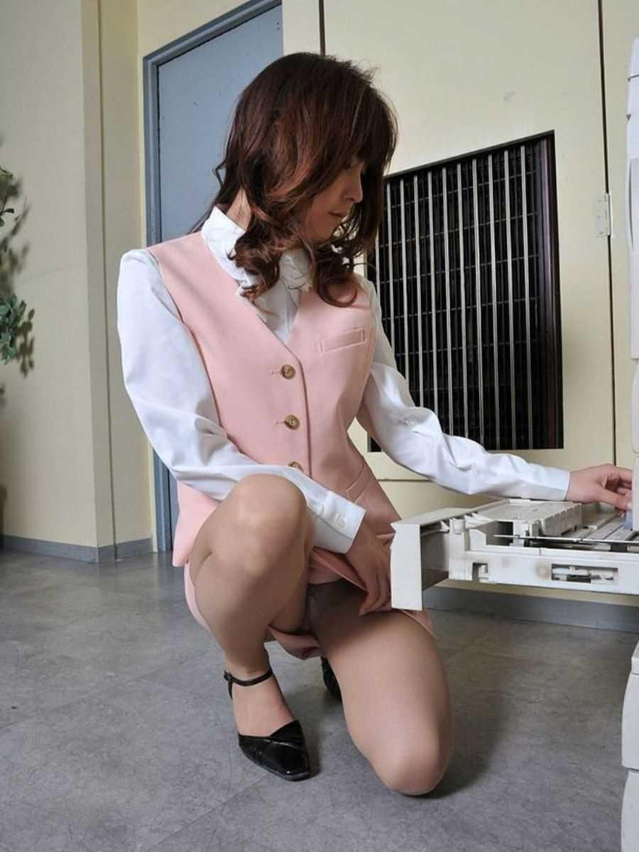 事務員など女子社員の会社内パンチラ画像 135