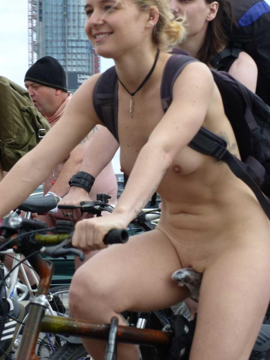 裸で自転車に乗る画像 9
