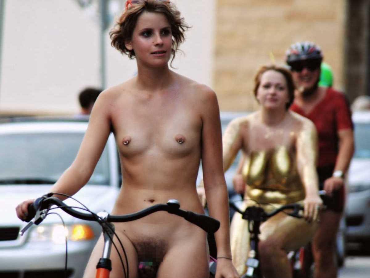 裸で自転車に乗る画像 16