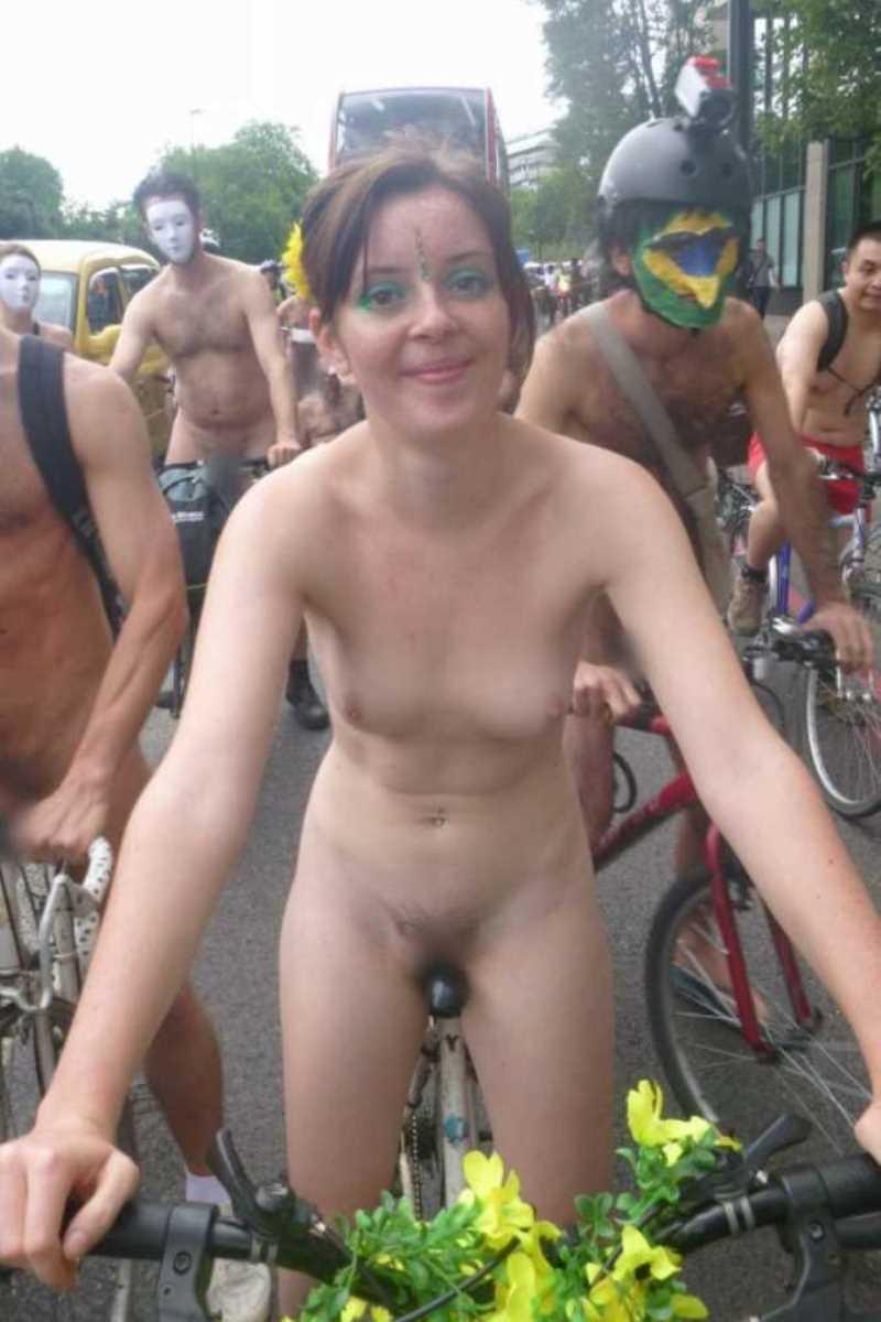 裸で自転車に乗る画像 19