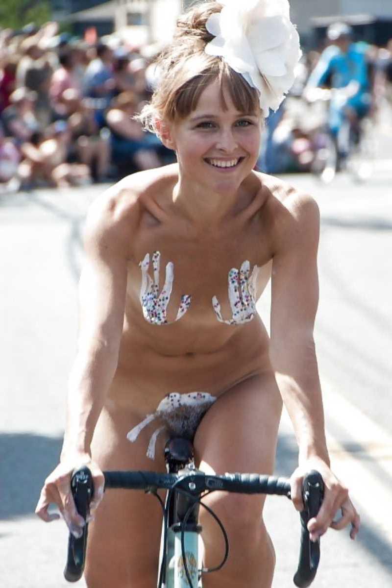 裸で自転車に乗る画像 22