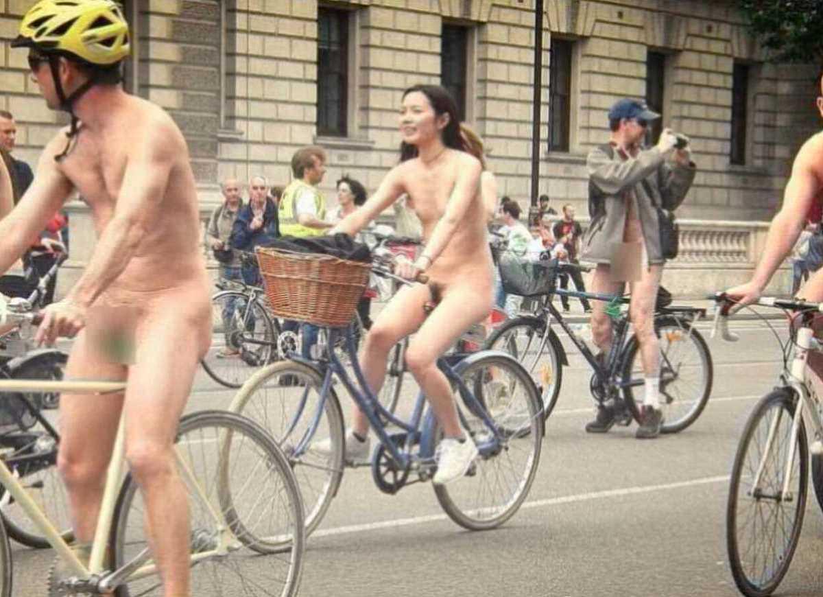 裸で自転車に乗る画像 33