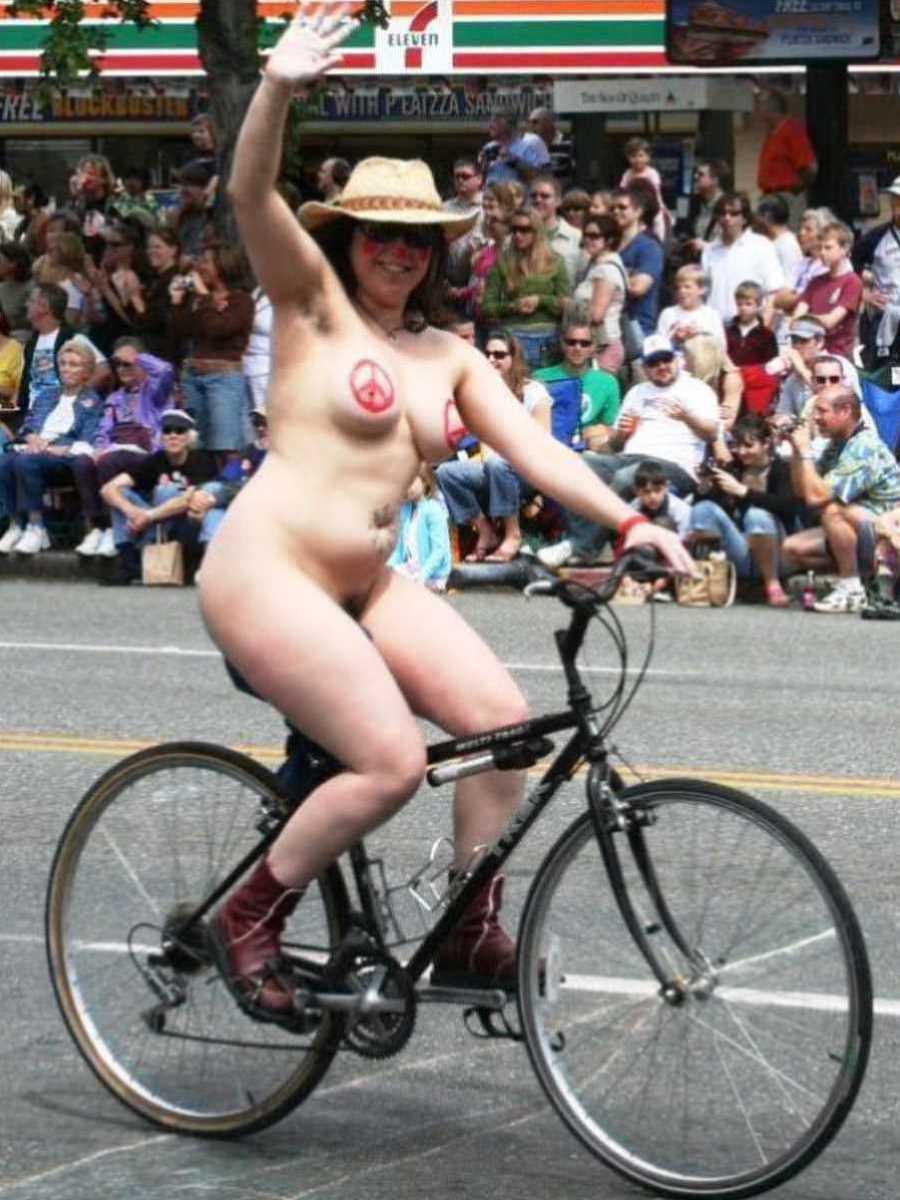 裸で自転車に乗る画像 34