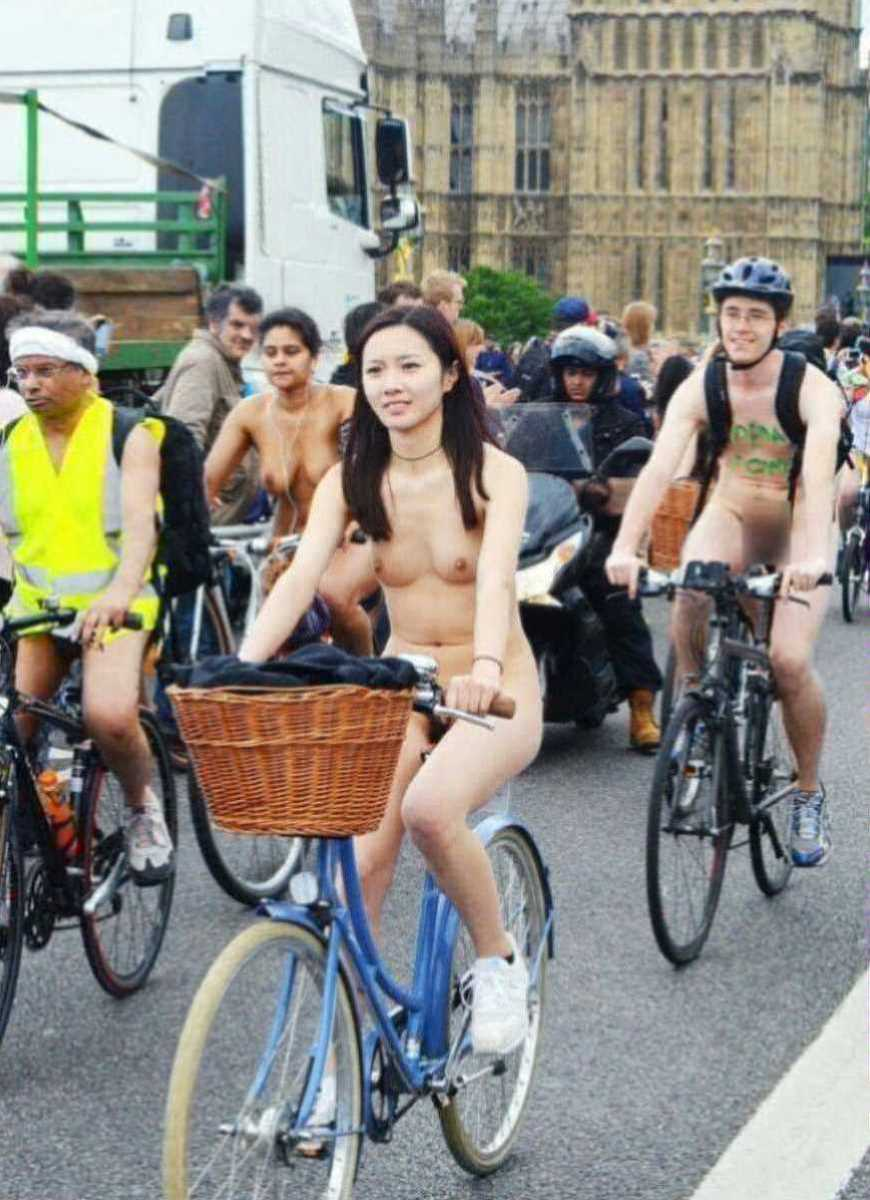 裸で自転車に乗る画像 35