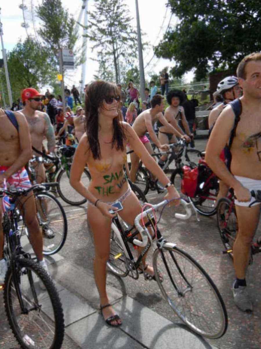 裸で自転車に乗る画像 36