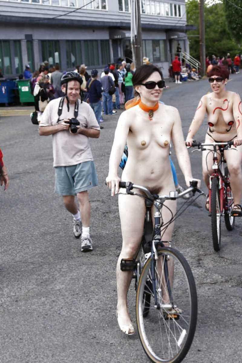 裸で自転車に乗る画像 39