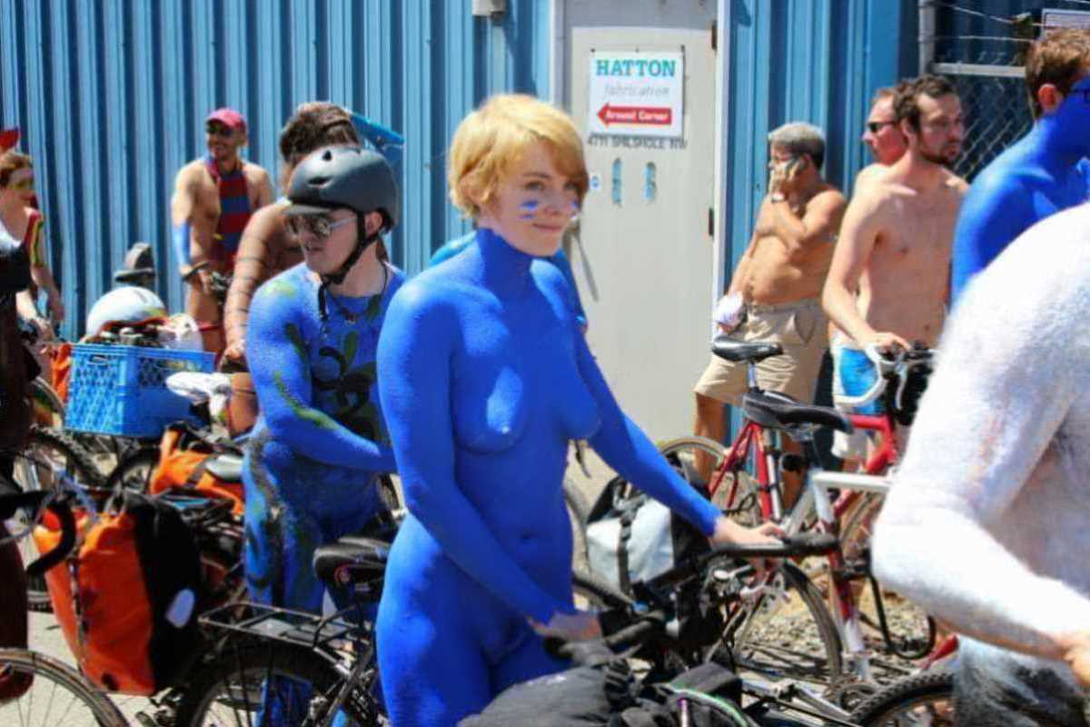 裸で自転車に乗る画像 49