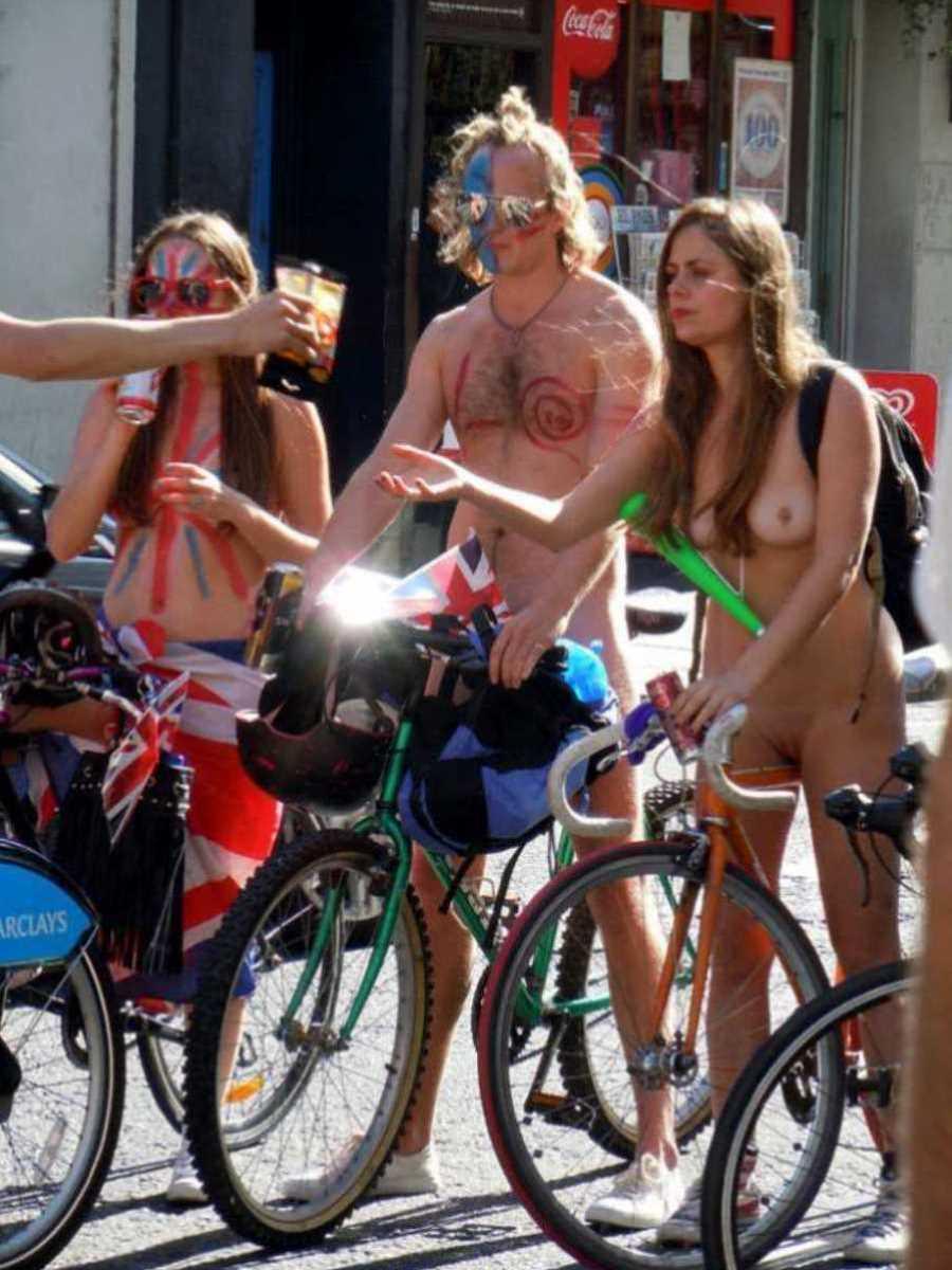 裸で自転車に乗る画像 51