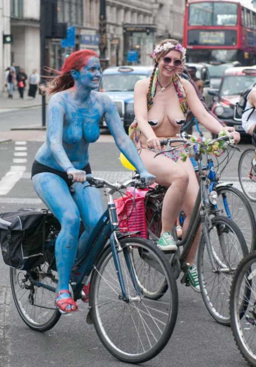 裸で自転車に乗る画像 53