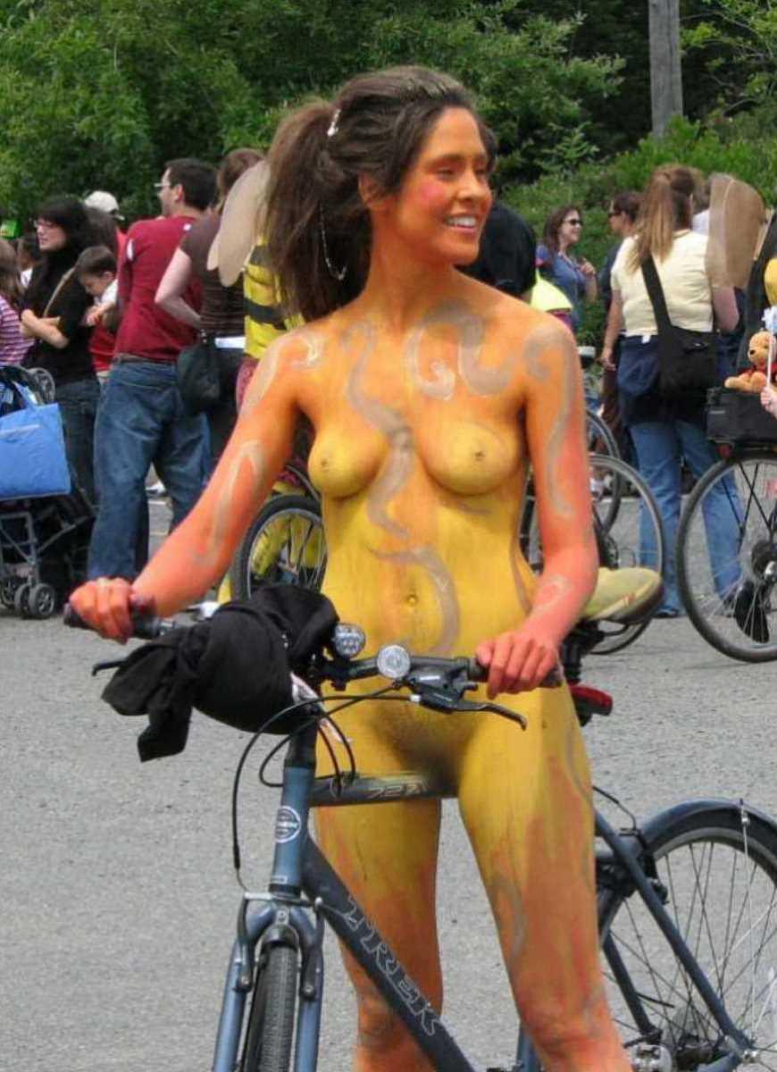 裸で自転車に乗る画像 58