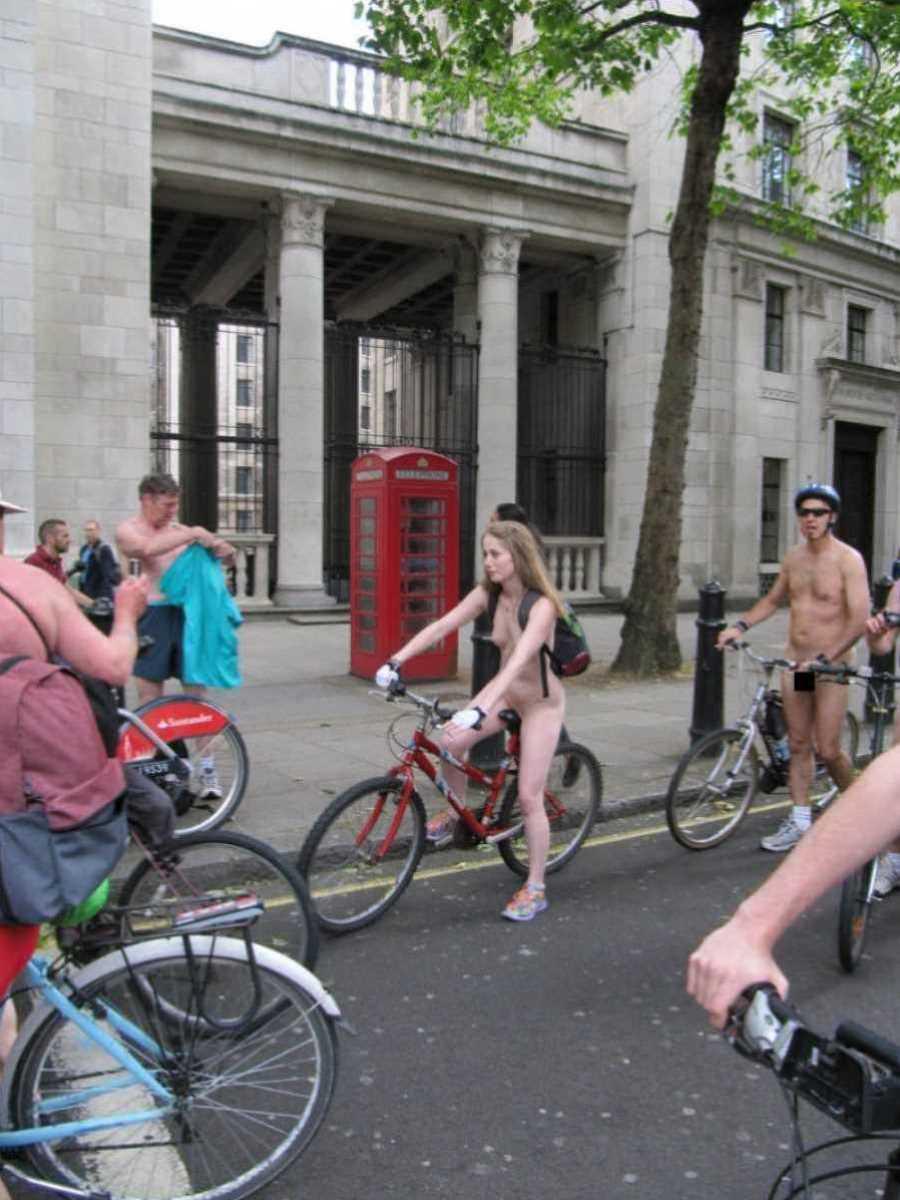裸で自転車に乗る画像 61