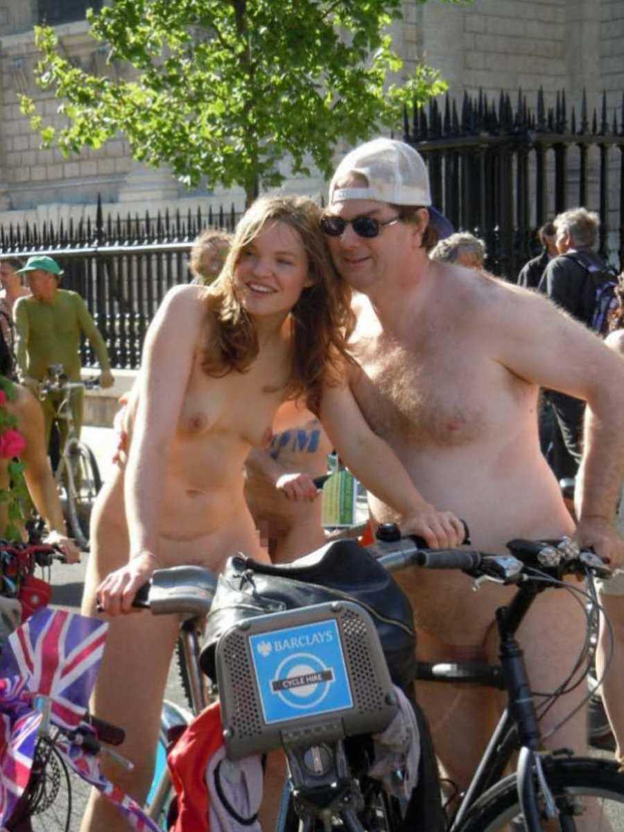 裸で自転車に乗る画像 64