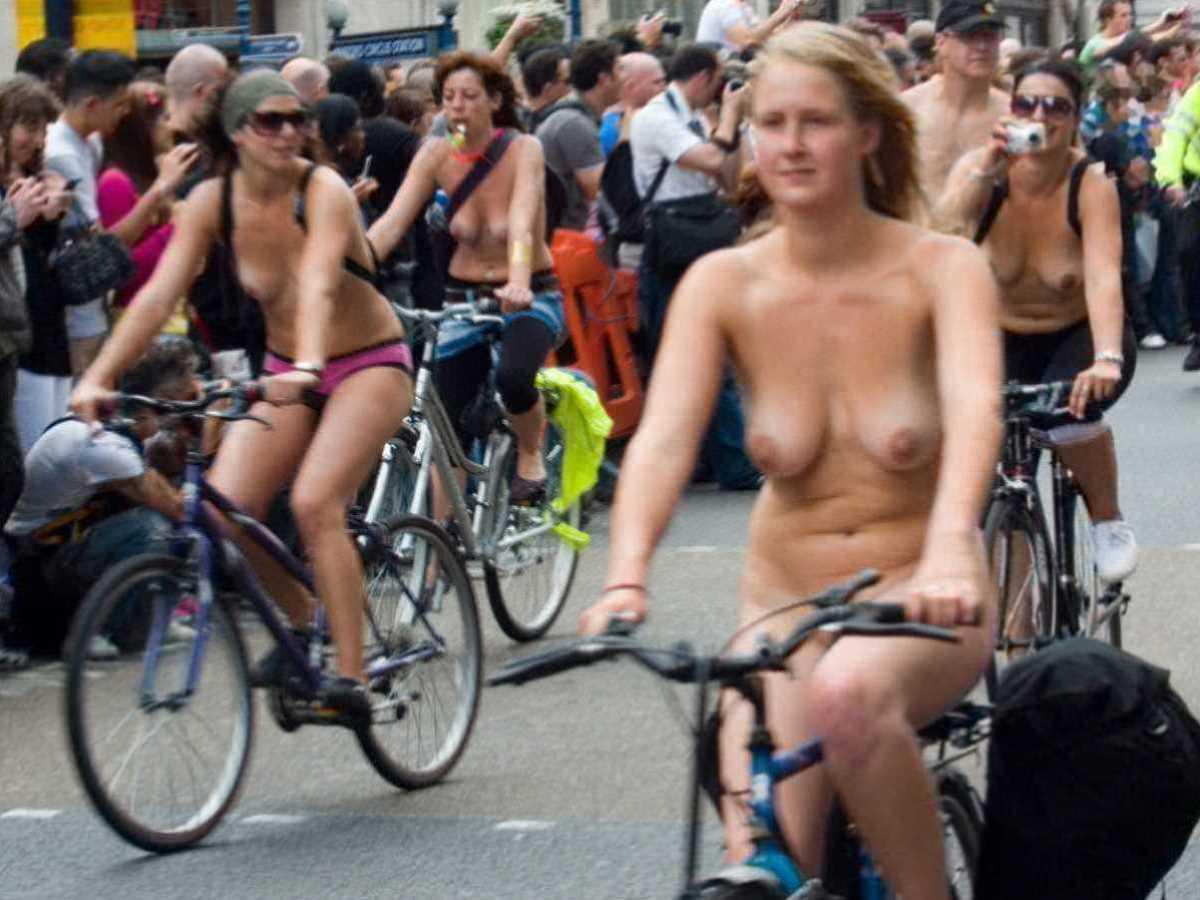 裸で自転車に乗る画像 65