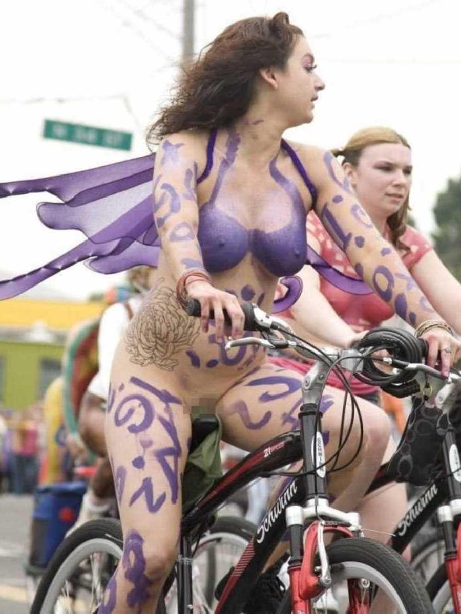 裸で自転車に乗る画像 68