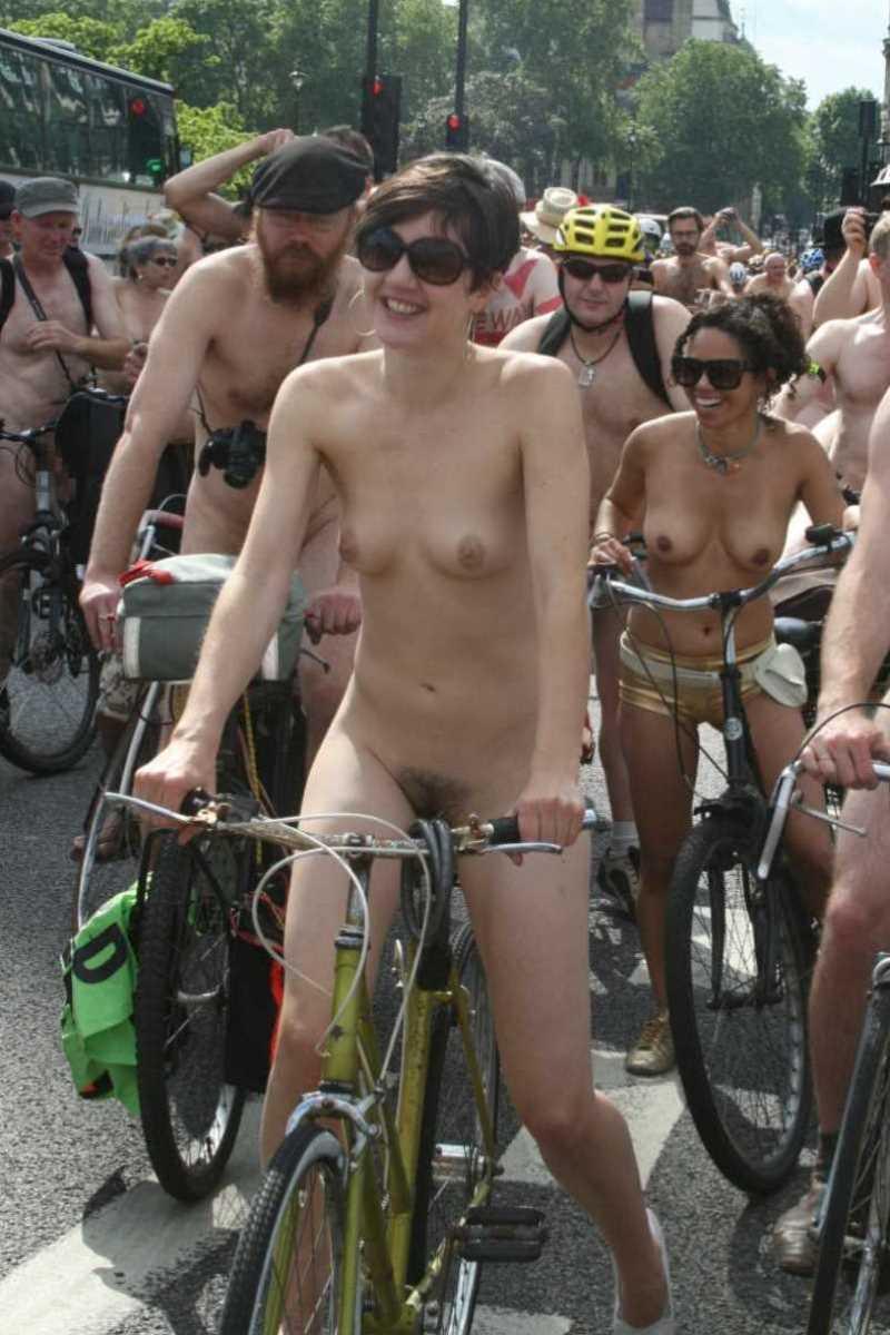 裸で自転車に乗る画像 72