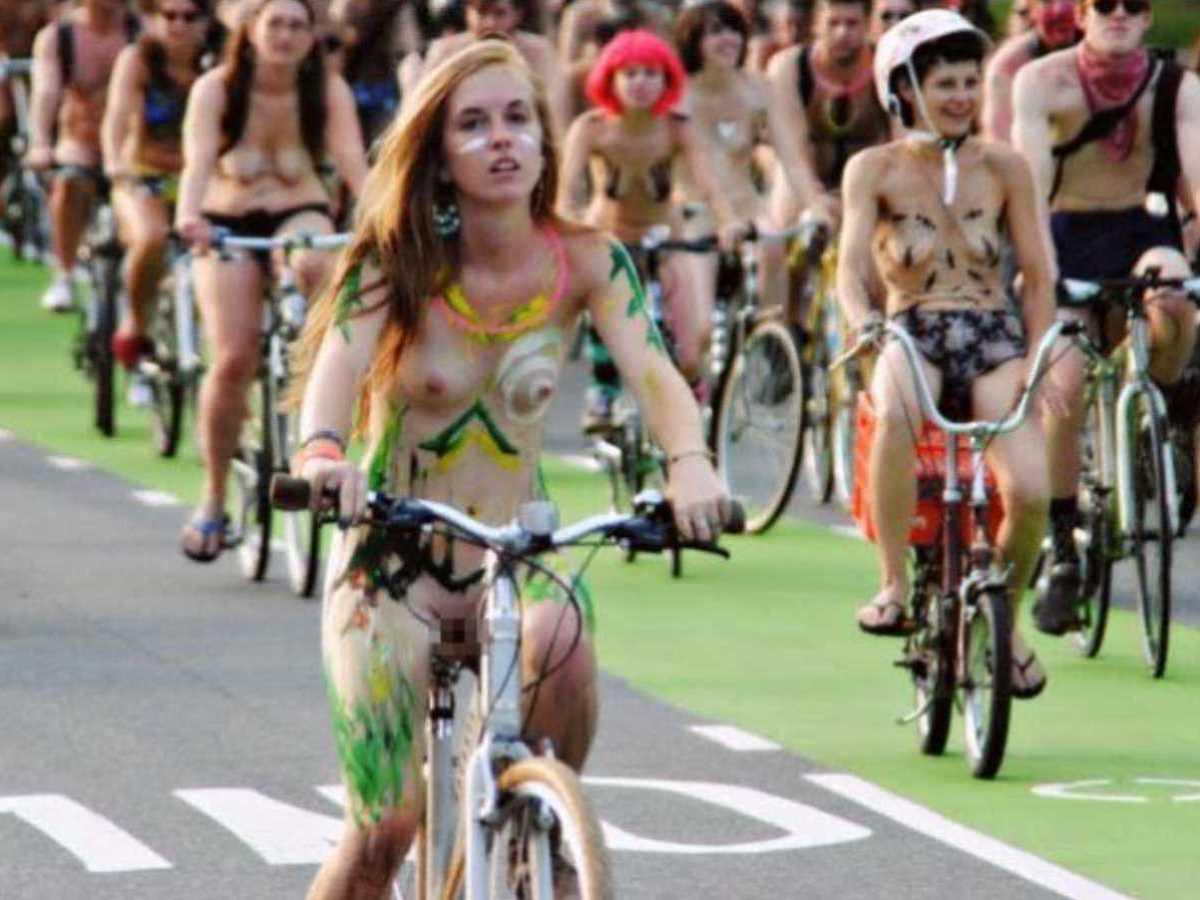 裸で自転車に乗る画像 77
