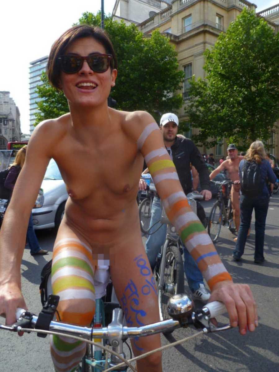 裸で自転車に乗る画像 82
