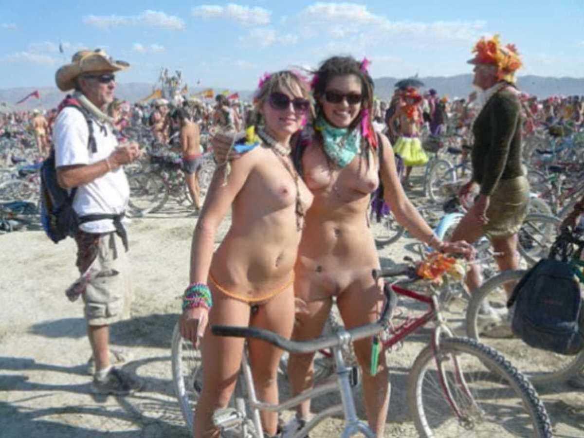 裸で自転車に乗る画像 83