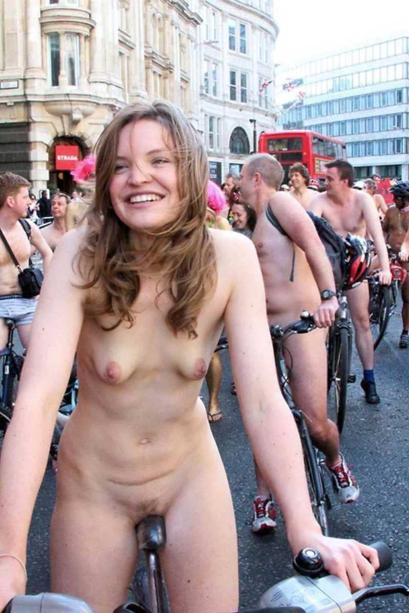 裸で自転車に乗る画像 85