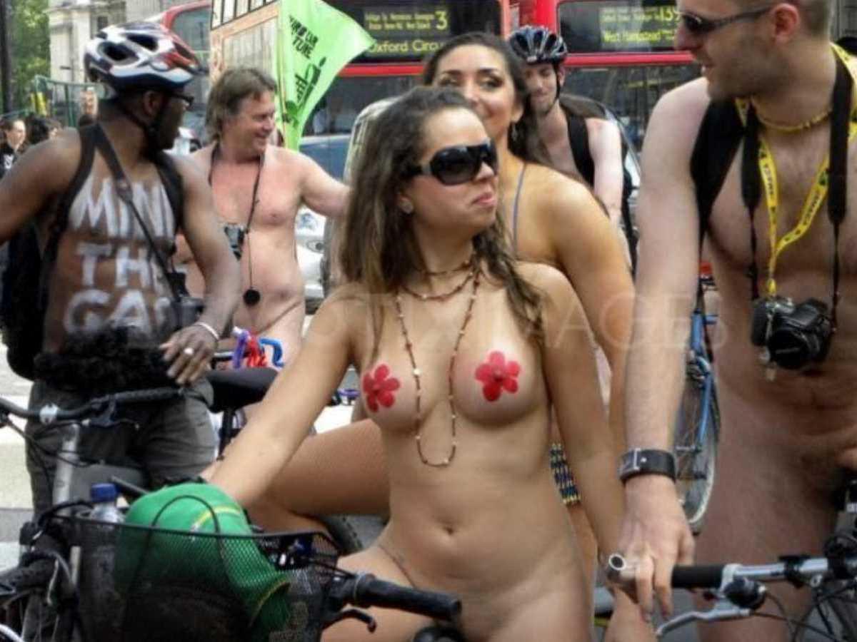 裸で自転車に乗る画像 108