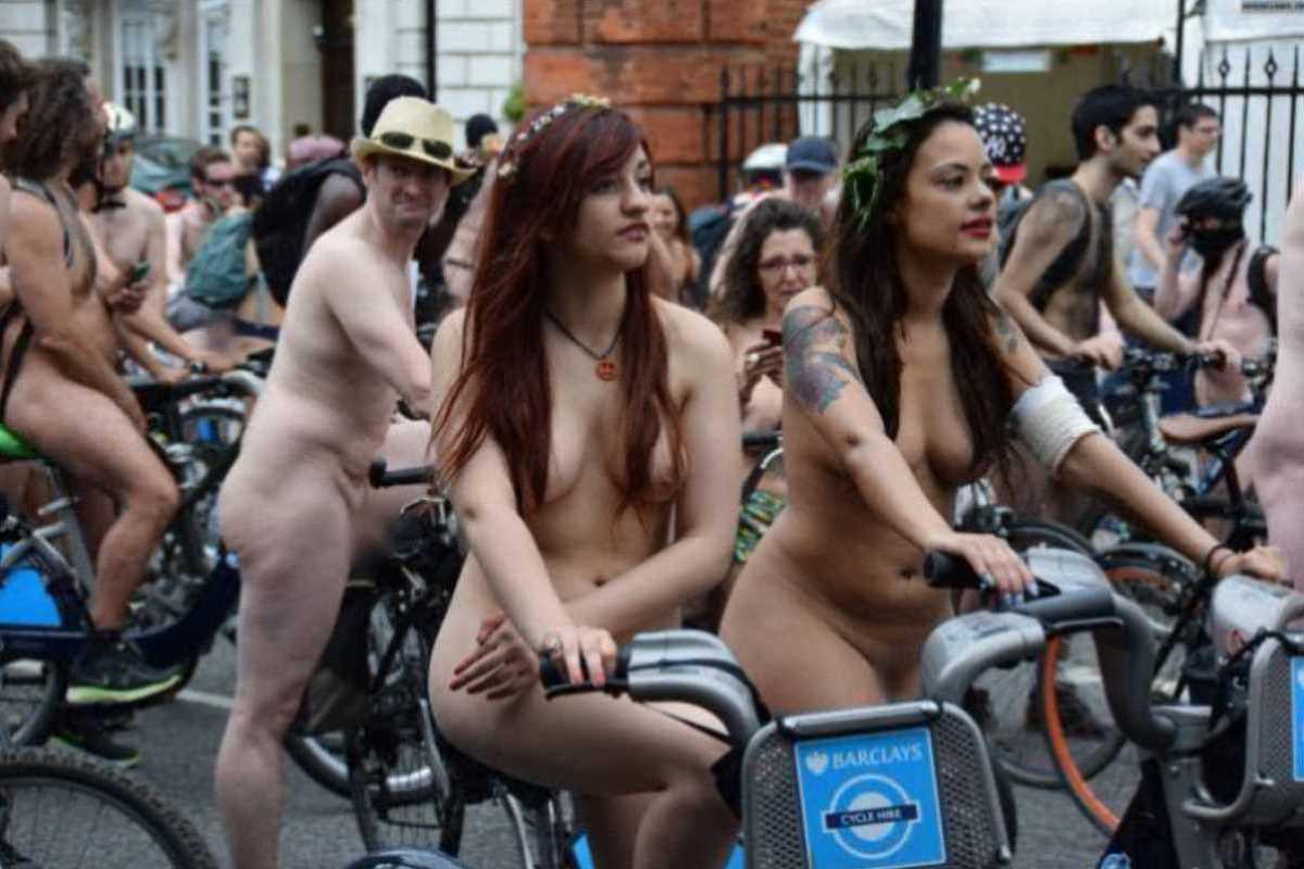 裸で自転車に乗る画像 110