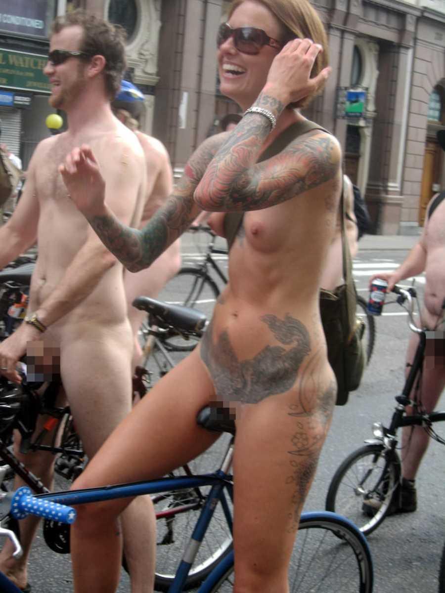 裸で自転車に乗る画像 126