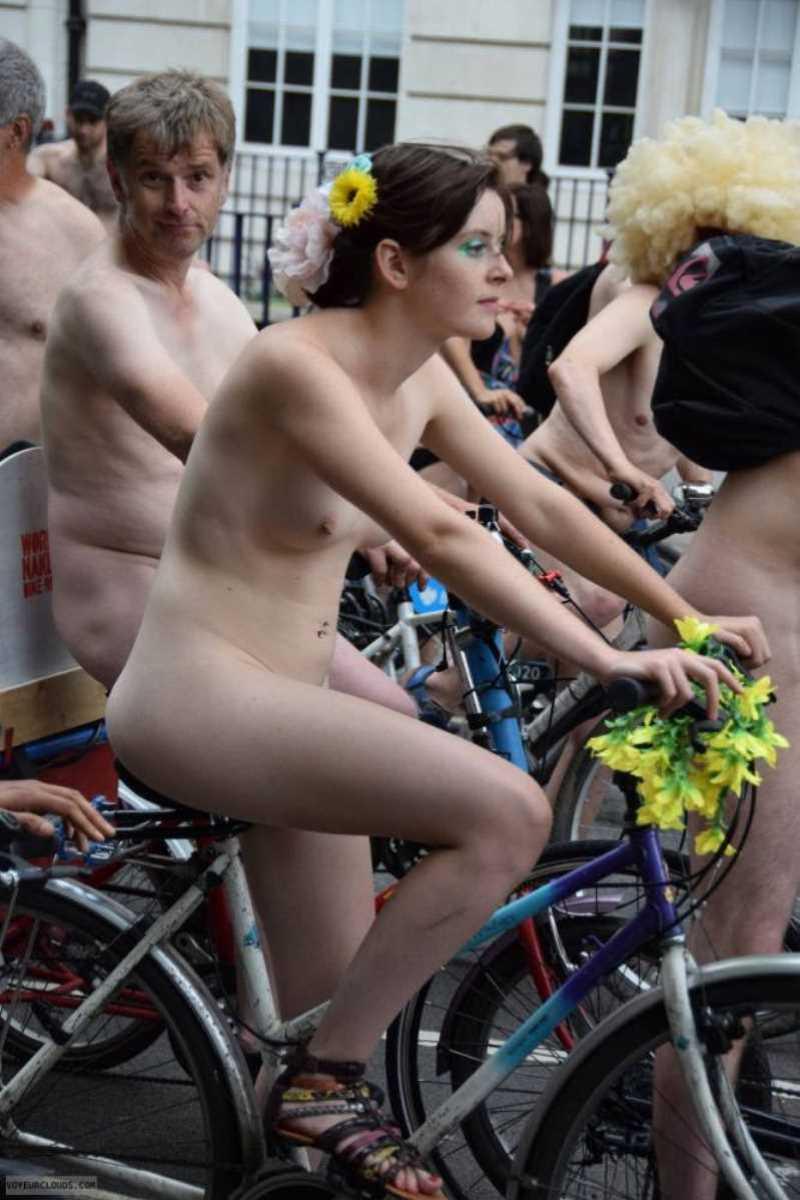 裸で自転車に乗る画像 127