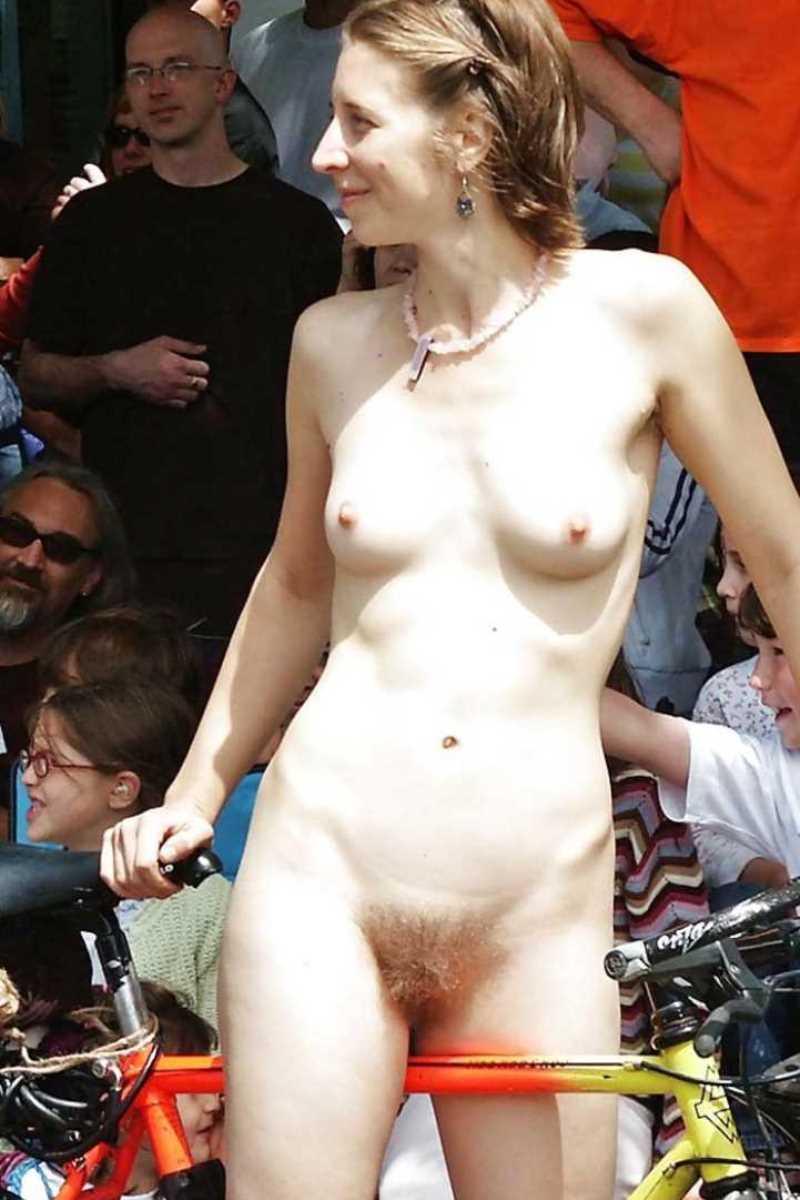 裸で自転車に乗る画像 139