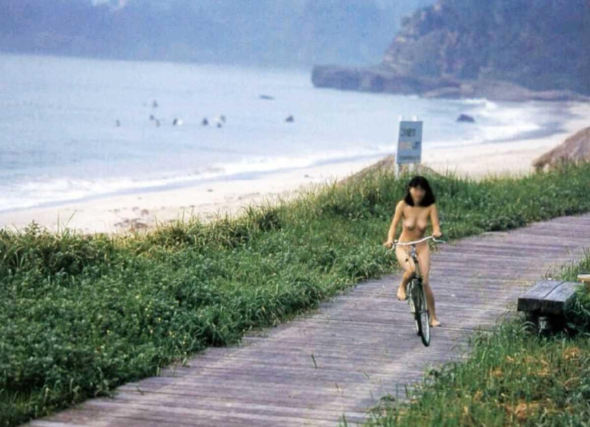 自転車に乗った野外露出エロ画像 23