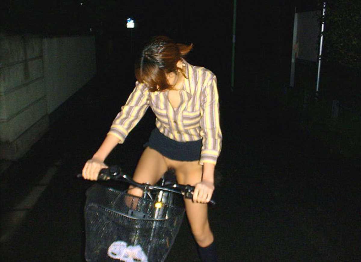 自転車に乗った野外露出エロ画像 35