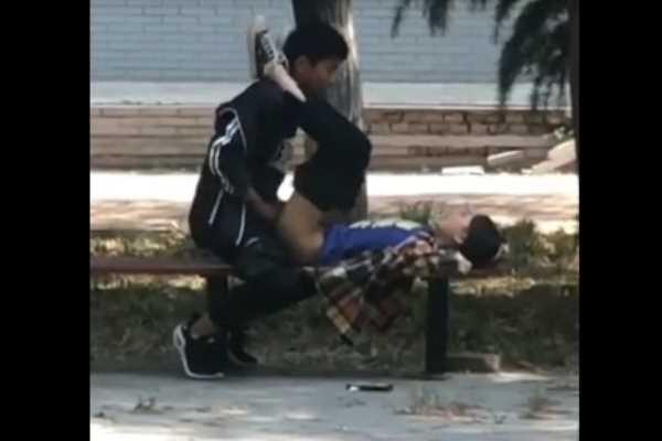 公園のベンチで昼間から正常位してるぞ…(※エロ画像あり)