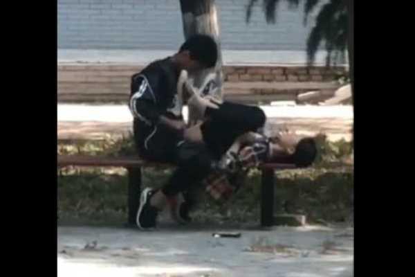公園のベンチで昼間から正常位セックスしてるエロ画像 2