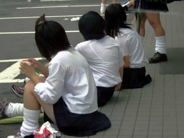 夏服の女子高生は下着がスケスケ状態…(※エロ画像あり)