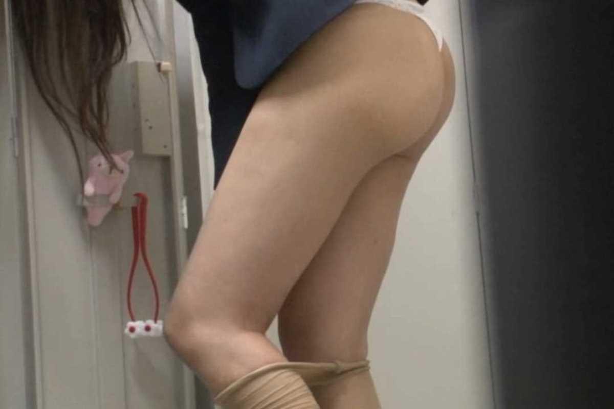 更衣室で着替えるOL盗撮画像 39