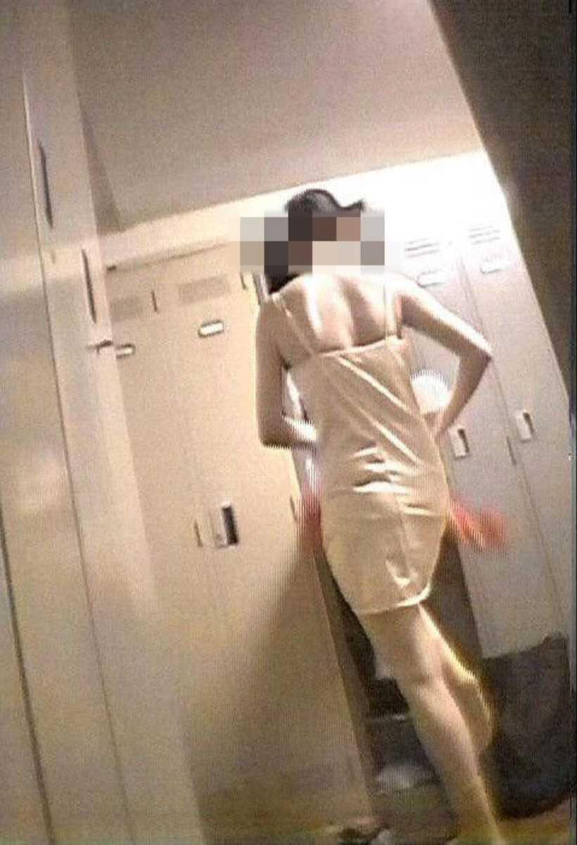更衣室で着替えるOL盗撮画像 77