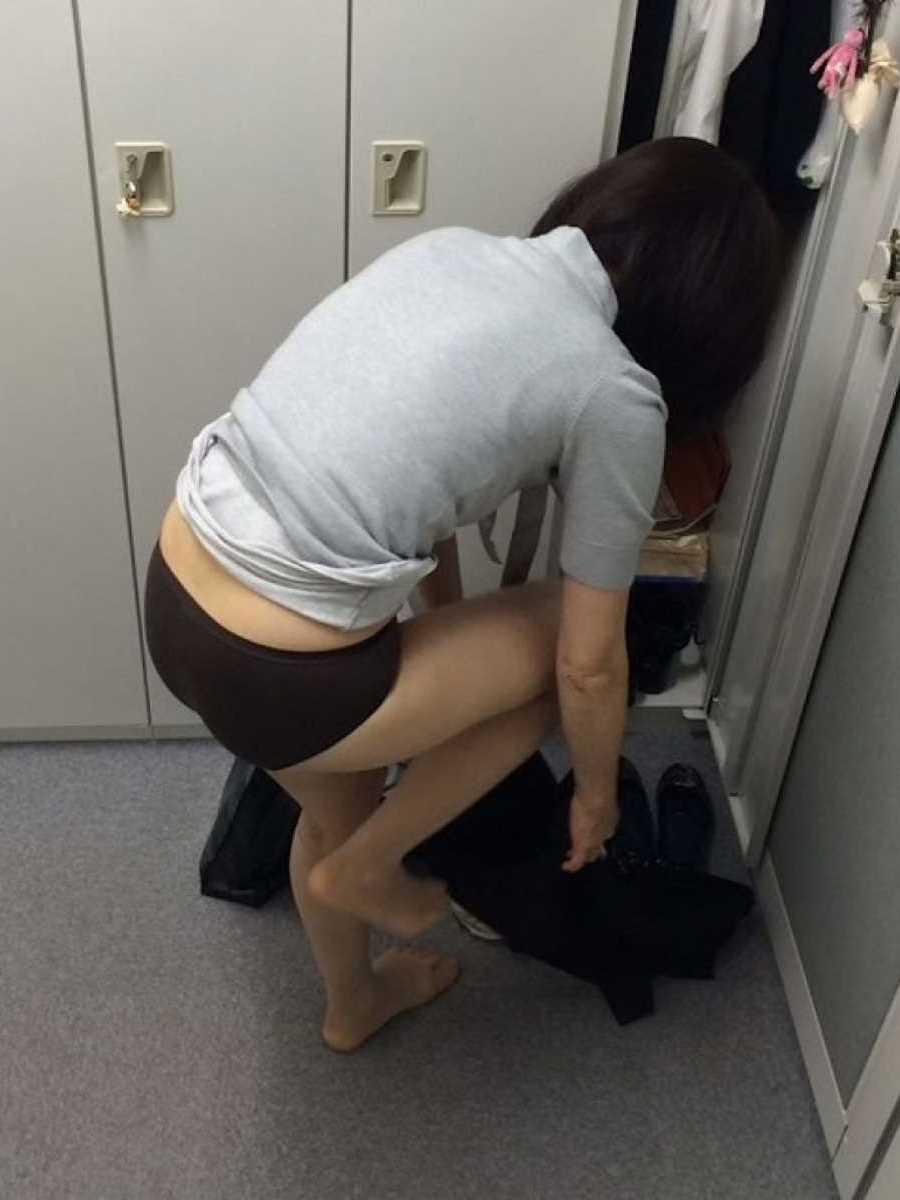 更衣室で着替えるOL盗撮画像 82
