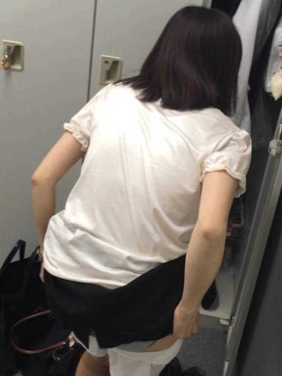 更衣室で着替えるOL盗撮画像 88