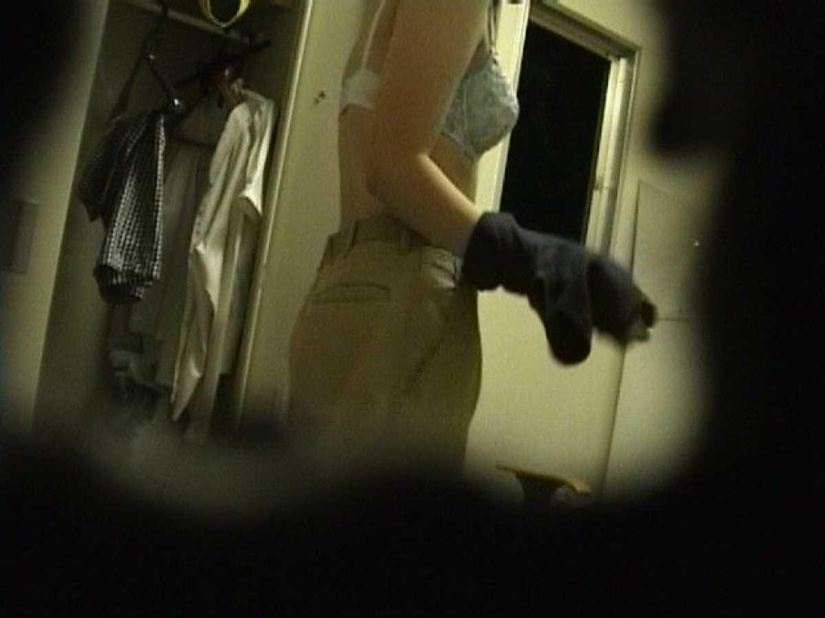 更衣室で着替えるOL盗撮画像 130