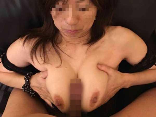 熟れた巨乳 熟女 パイズリ エロ画像 2