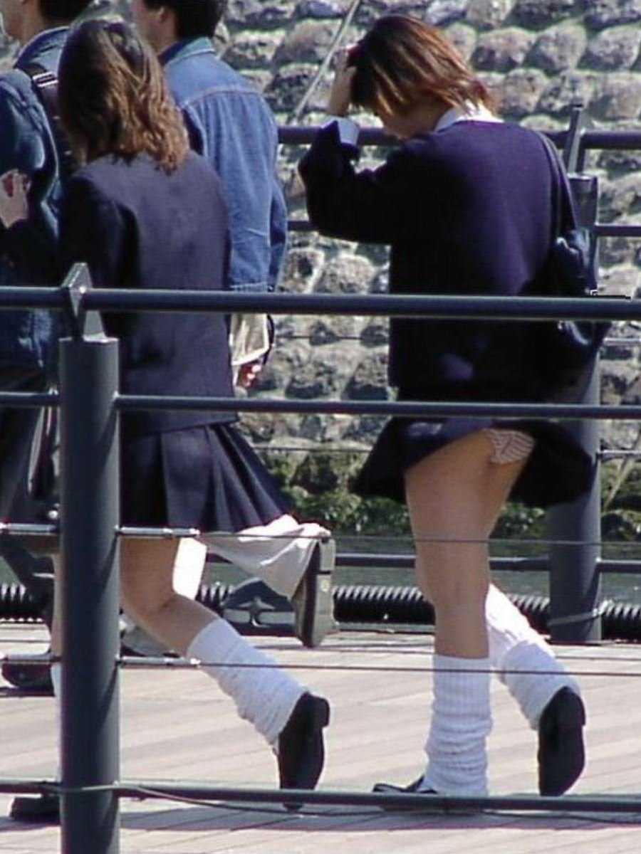 女子高生の風パンチラ画像 10