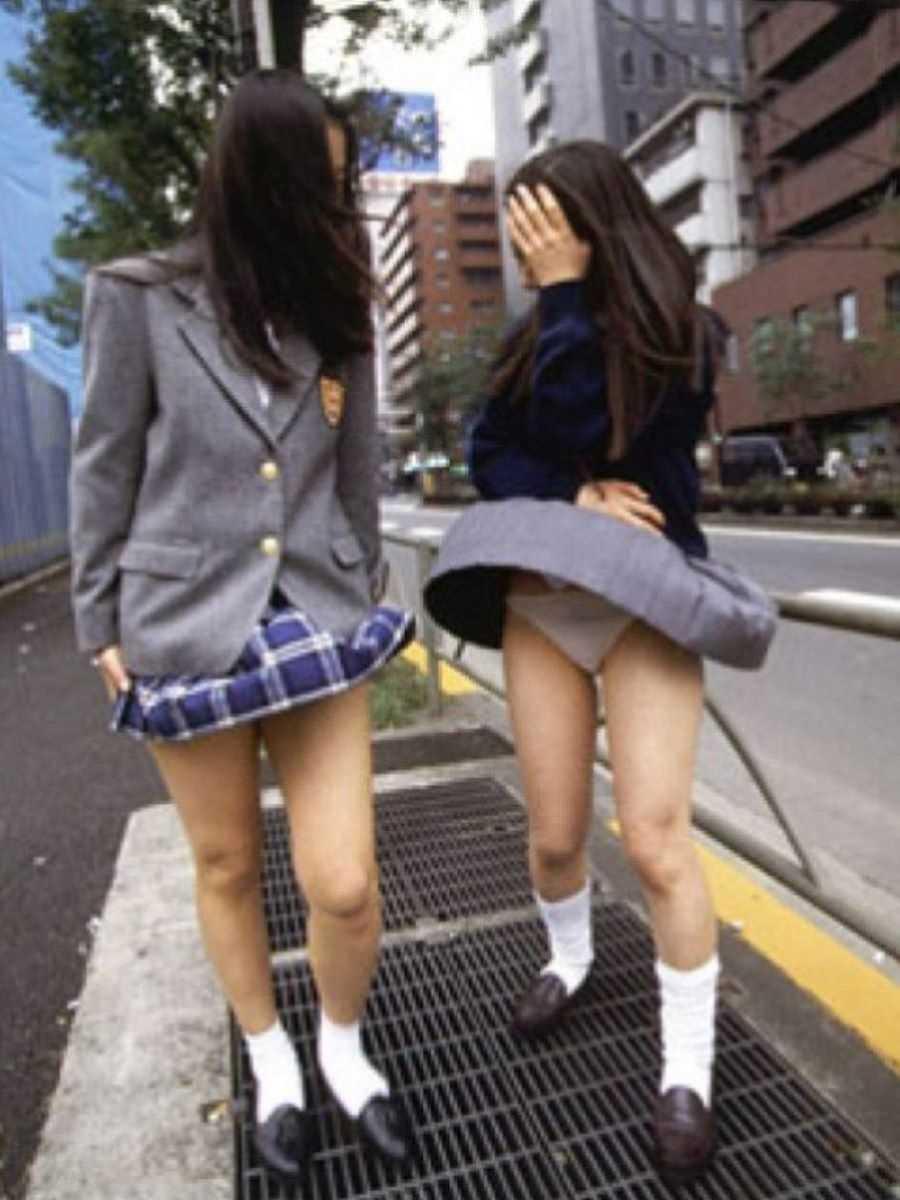 女子高生の風パンチラ画像 42