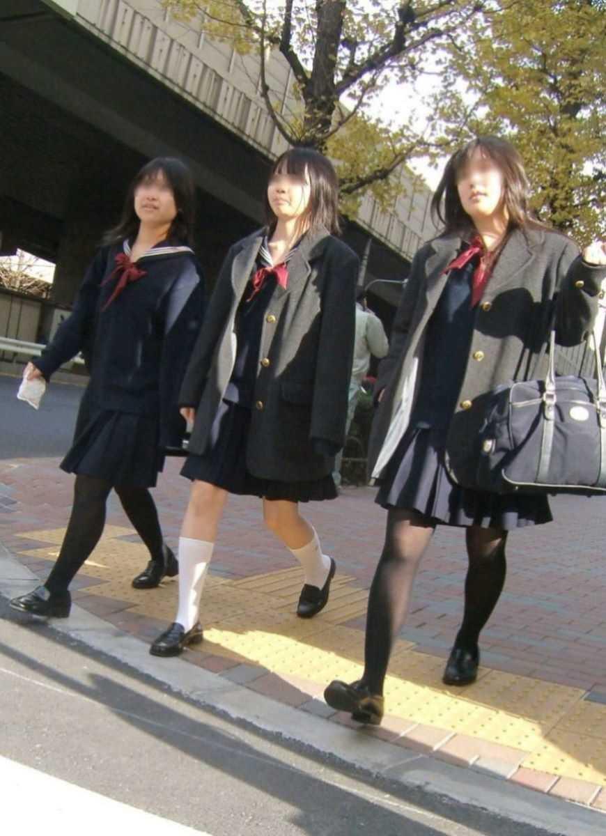 制服姿のJK街撮り画像 25