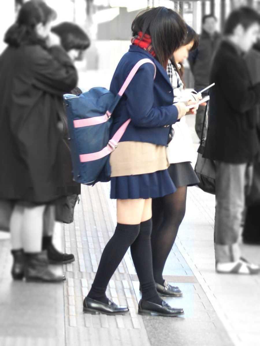 制服姿のJK街撮り画像 87