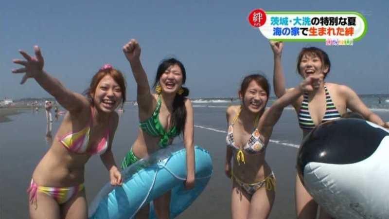 テレビに映ったビキニ素人の水着エロ画像 97