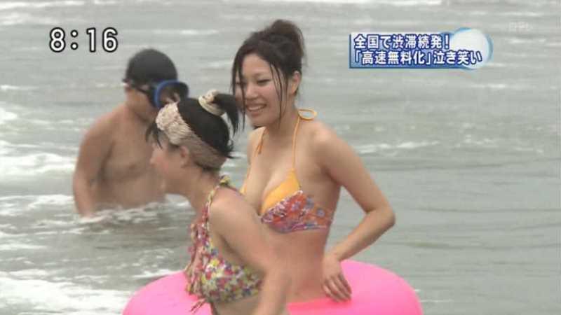 テレビに映ったビキニ素人の水着エロ画像 107