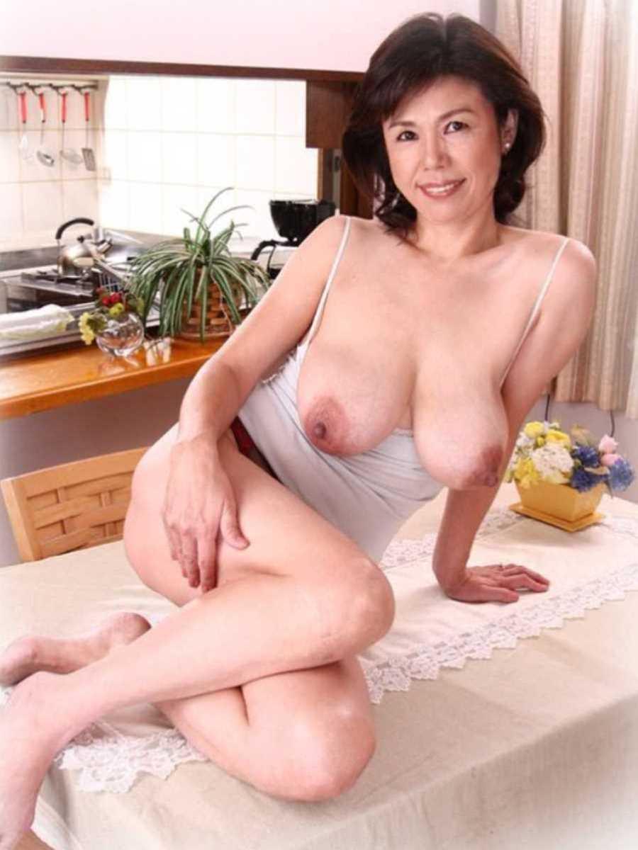 垂れ乳の人妻エロ画像 4