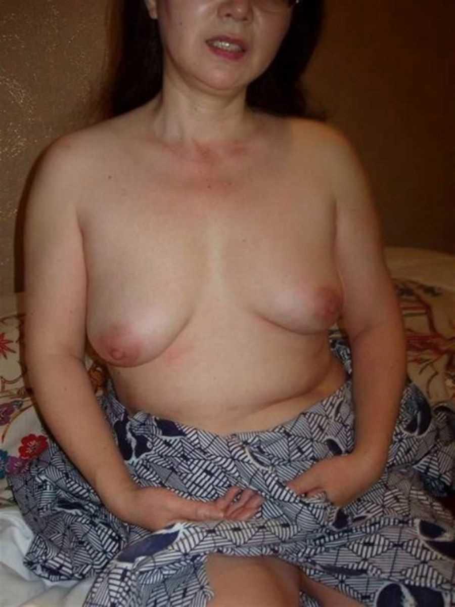 垂れ乳の人妻エロ画像 9