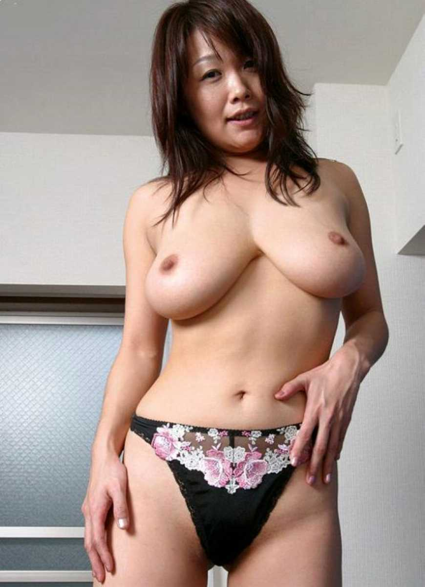 垂れ乳の人妻エロ画像 11